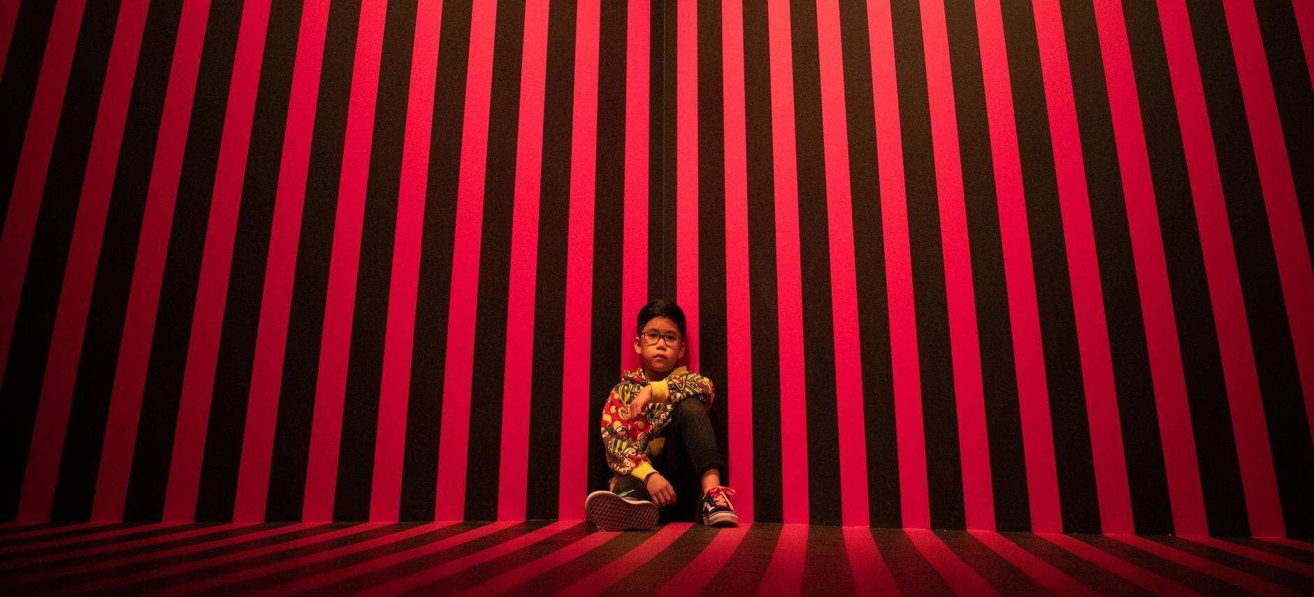 Kusama Kamer Strepen door Irma de Vries in het Moco Museum